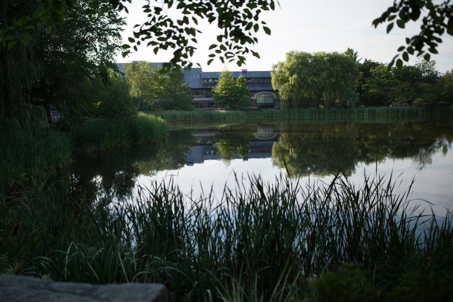 Early summer morning on the Bates campus.Looking across Lake Andrews to Olin 艺术 Center.